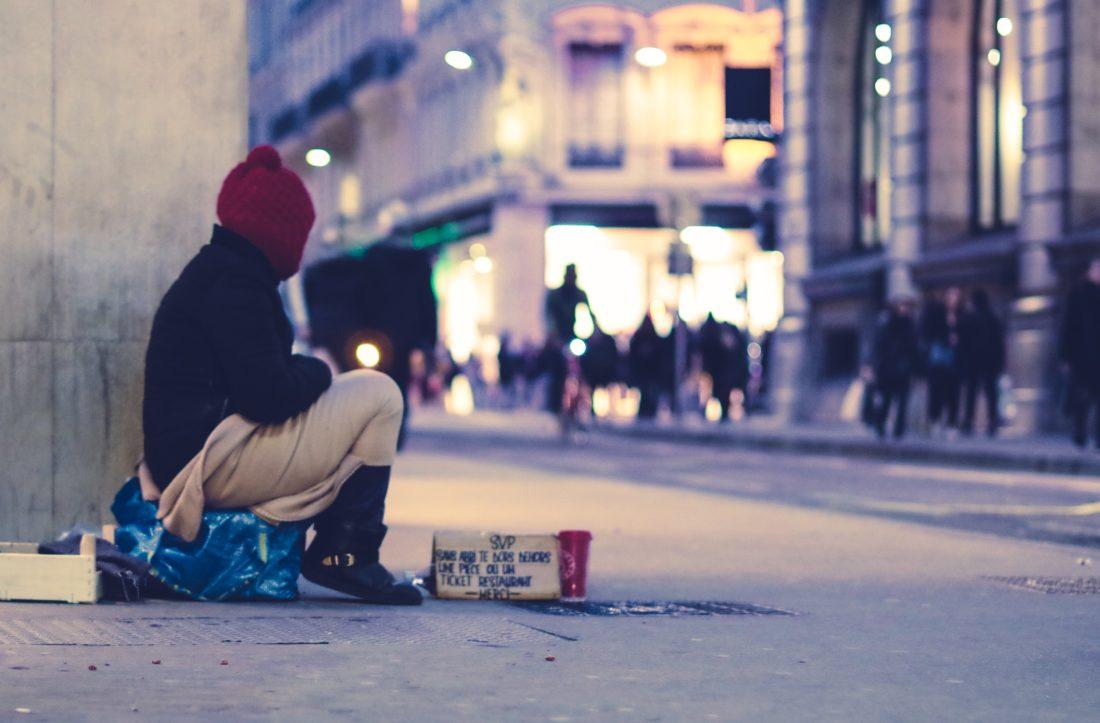 Obdachlose Person (Photo by Ev on Unsplash)