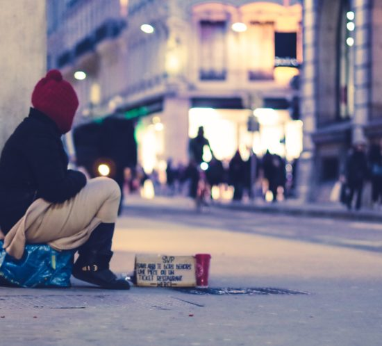 Obdachlose Person (Photo by Ev on Unsplash)